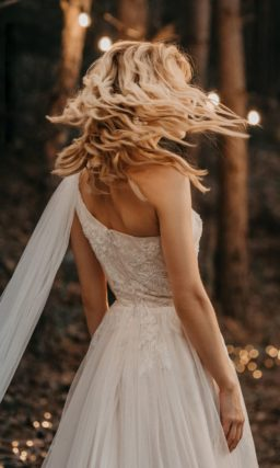 Асимметричное свадебное платье