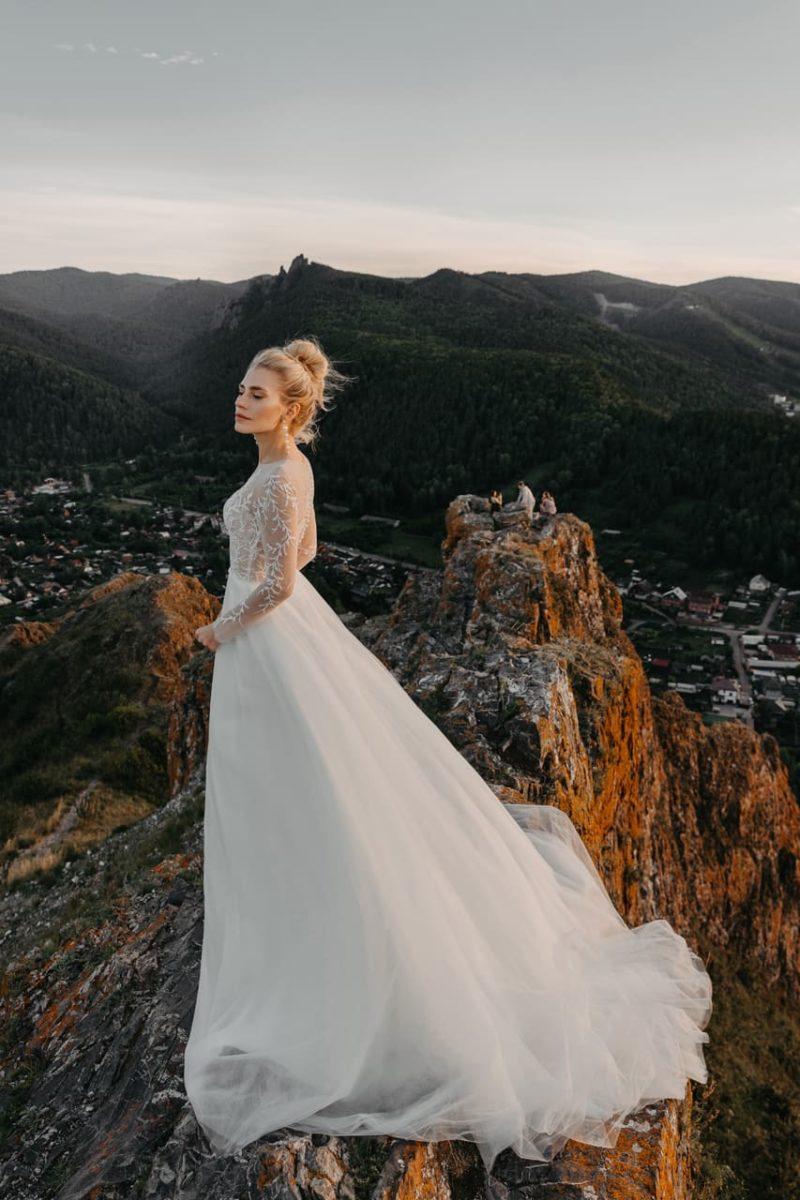 Легкое и изысканное свадебное платье с расклешенной юбкой