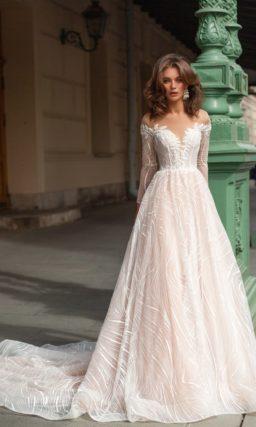 платье оттенка айвори с длинными рукавами