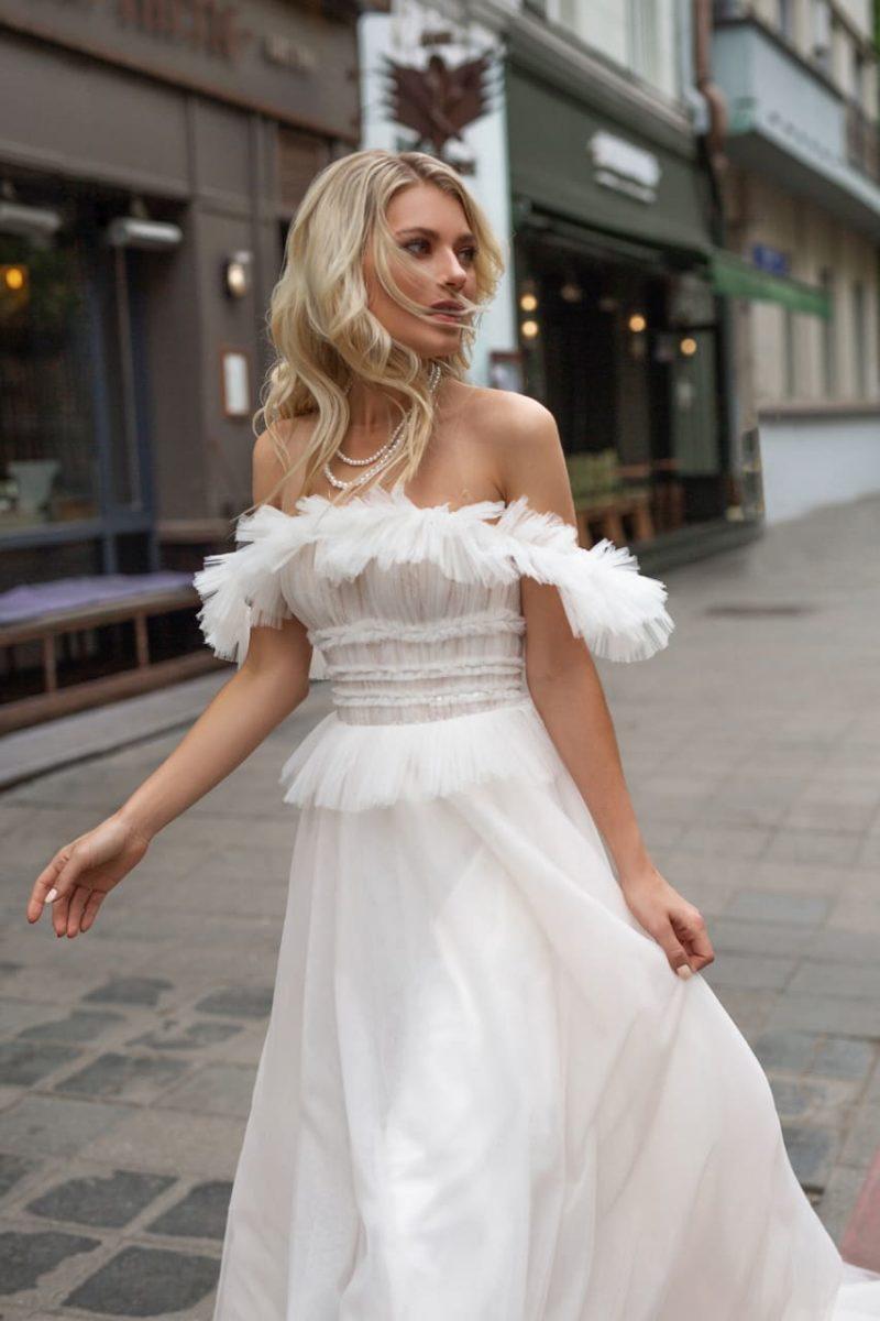 Cвадебное платье из воздушной ткани с пышной юбкой