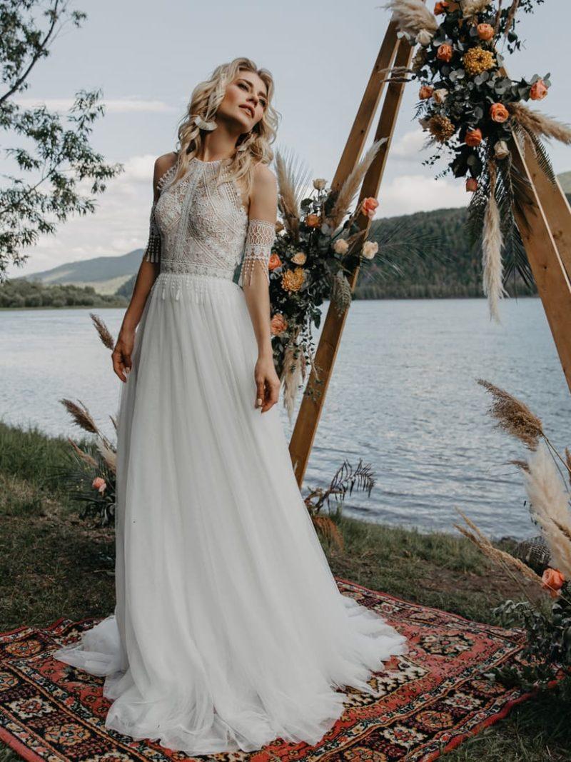 Приталенное свадебное платье в этническом стиле