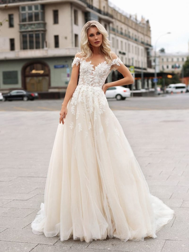 Пышное свадебное платье с короткими рукавами