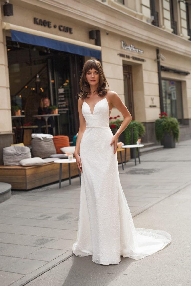 Свадебное платье прямого кроя с открытой спиной