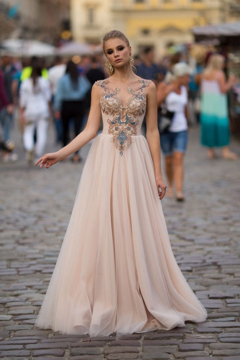 Бежевое платье в пол
