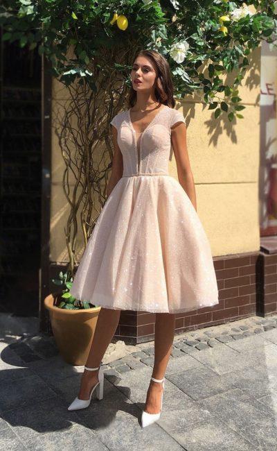 Короткое бежевое коктейльное платье