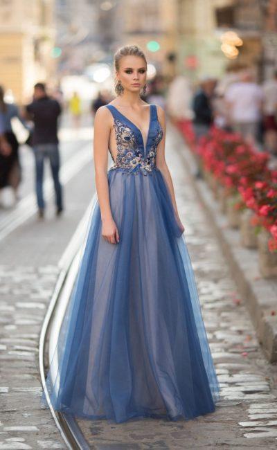 Голубое длинное платье на выпускной