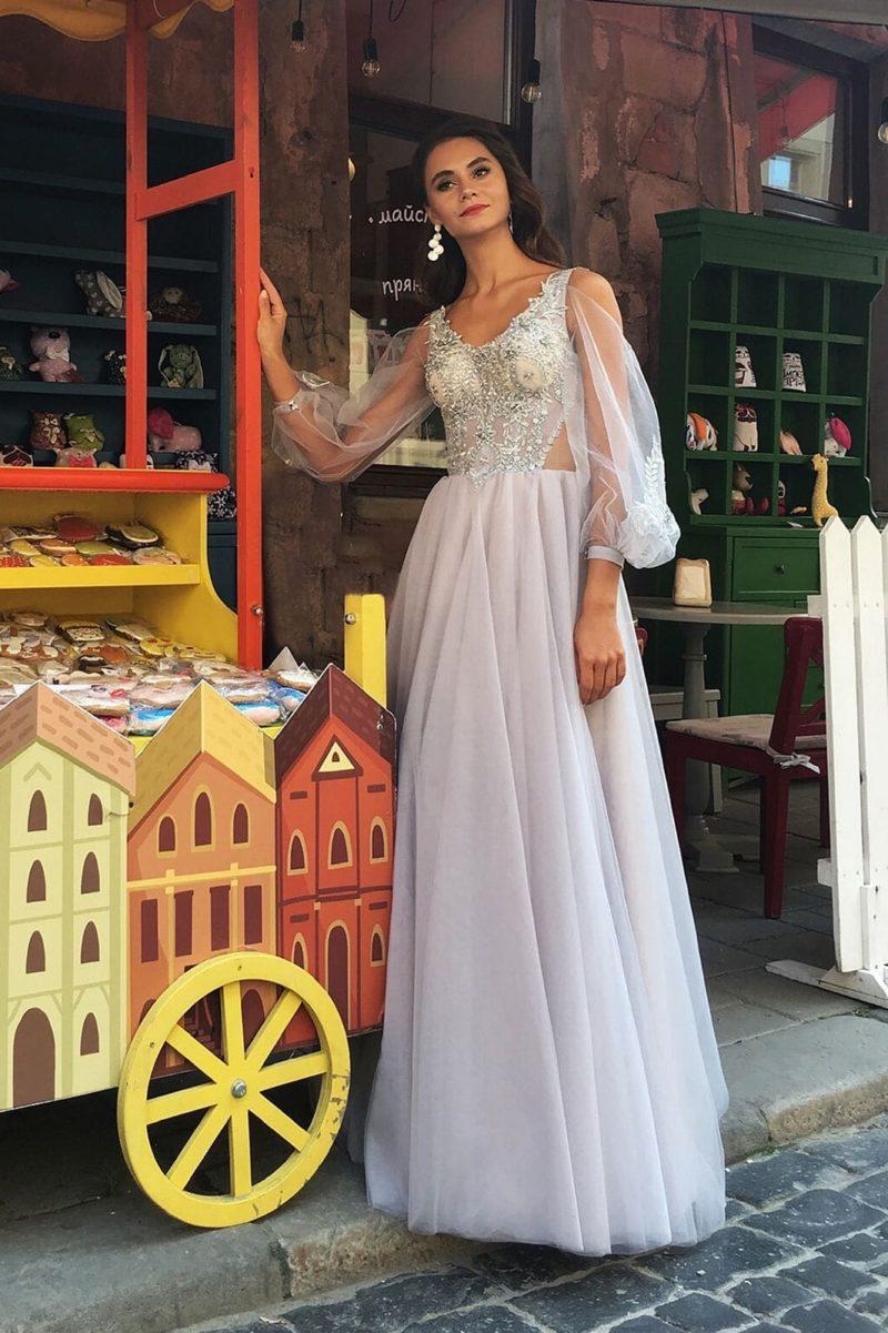 Длинное вечернее платье с блестящим декором