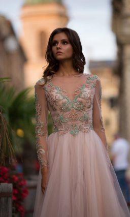 Бежевое платье с рукавом