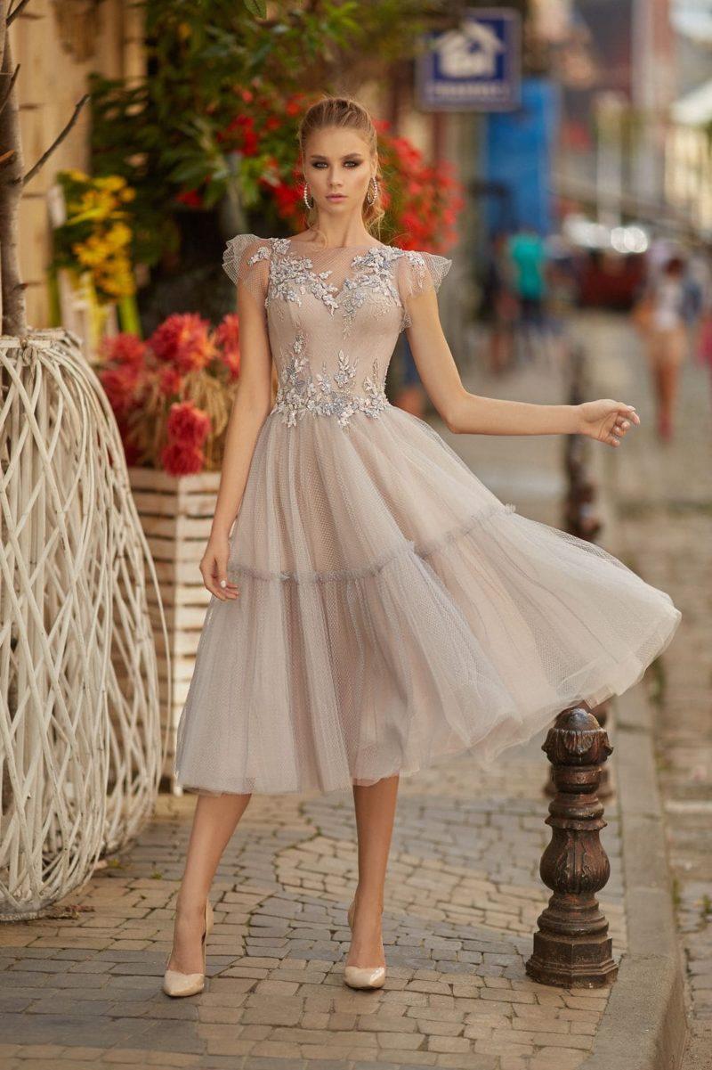 Бежевое коктейльное платье с пышной юбкой