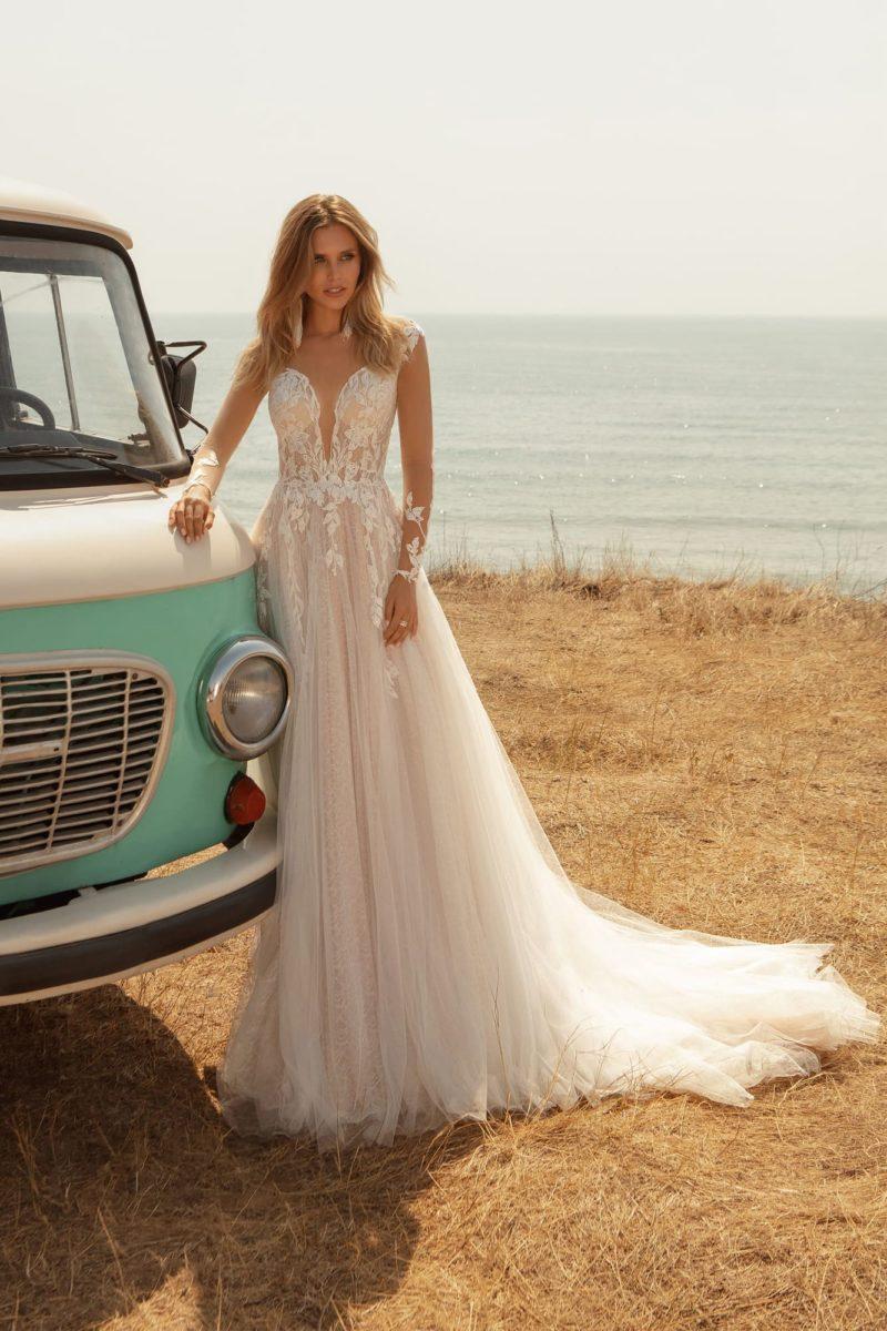 Свадебное платье с длинными рукавами и шлейфом