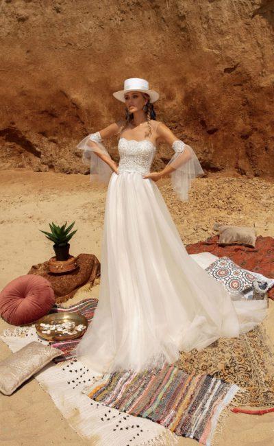 Свадебное платье в стиле бохо со свободной трапециевидной юбкой