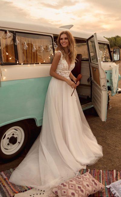 Свадебное платье с многослойной пышной юбкой