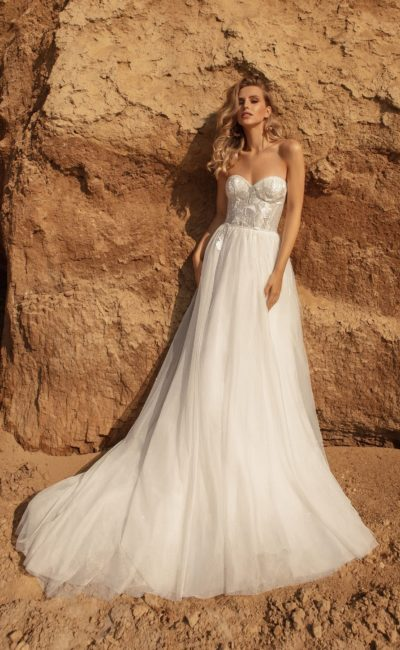 Свадебное платье с открытым верхом и пышной юбкой