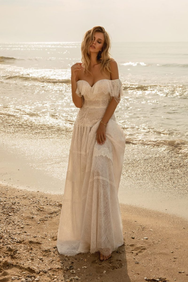Свадебное платье цвета айвори с традиционным женственным силуэтом