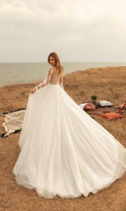 платье с пышной юбкой и длинными рукавами