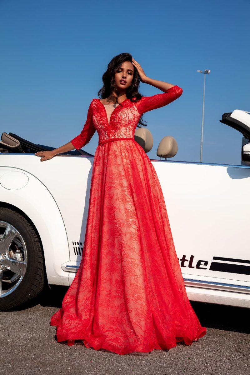 Яркое вечернее платье в пол из красного гипюра