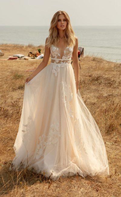 свадебное платье цвета пудры с пышной юбкой