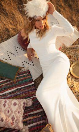 Свадебное платье из белого атласа в стиле минимализм