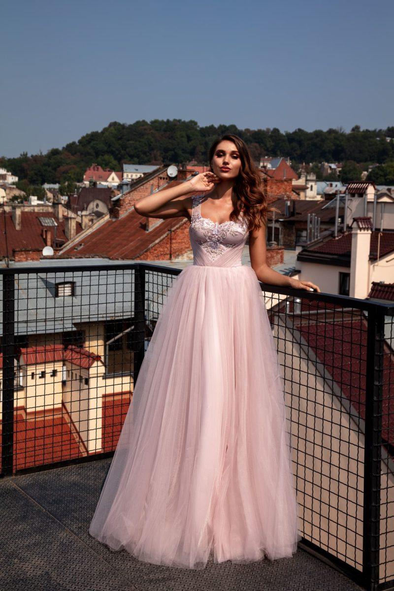 Пышное вечернее платье нежно-розового оттенка