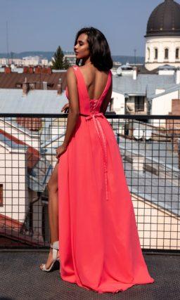 Длинное вечернее платье алого цвета с прямым кроем