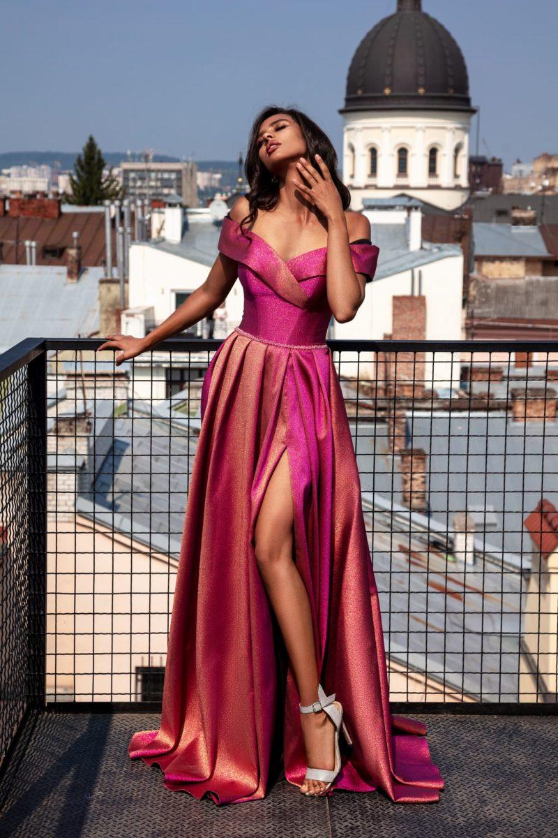 Длинное вечернее платье с открытыми плечами