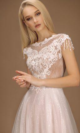платье с приталенным силуэтом и расклешенной юбкой