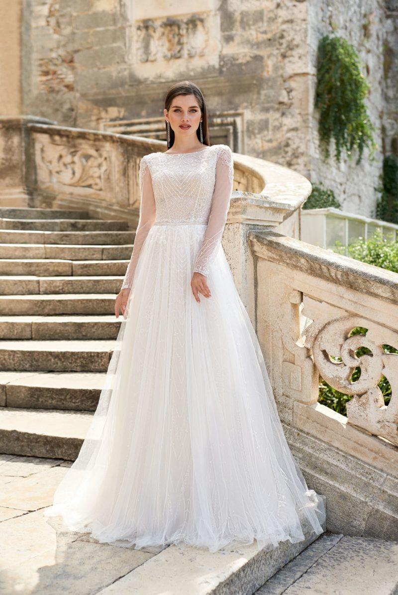 Расшитое свадебное платье с рукавами
