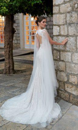 Кружевное свадебное платье с кейпом