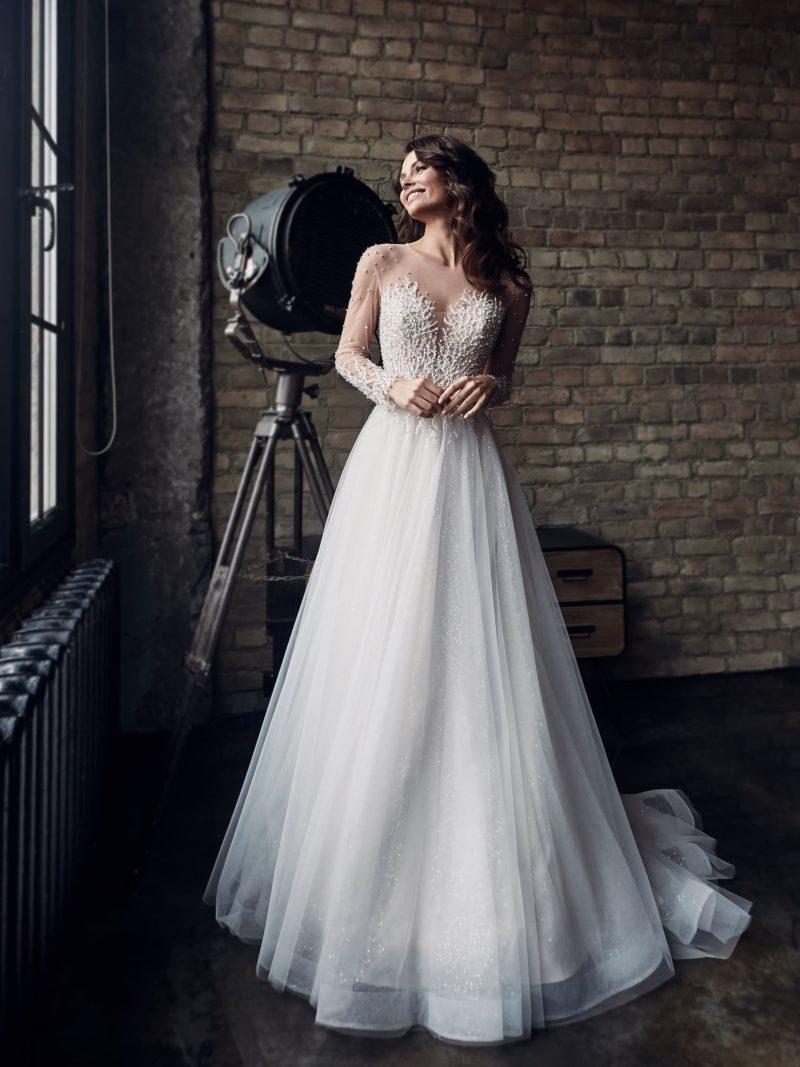 Утонченное свадебное платье с пышной юбкой