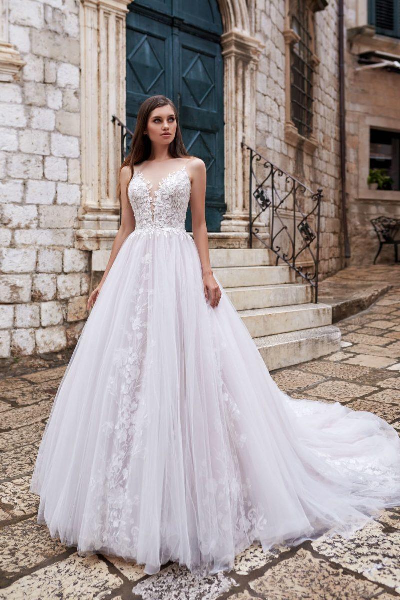 Свадебное платье оттенка айвори с пышной юбкой