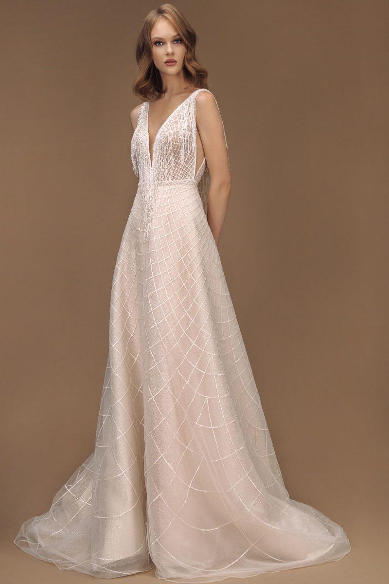 свадебное платье цвета айвори со шлейфом