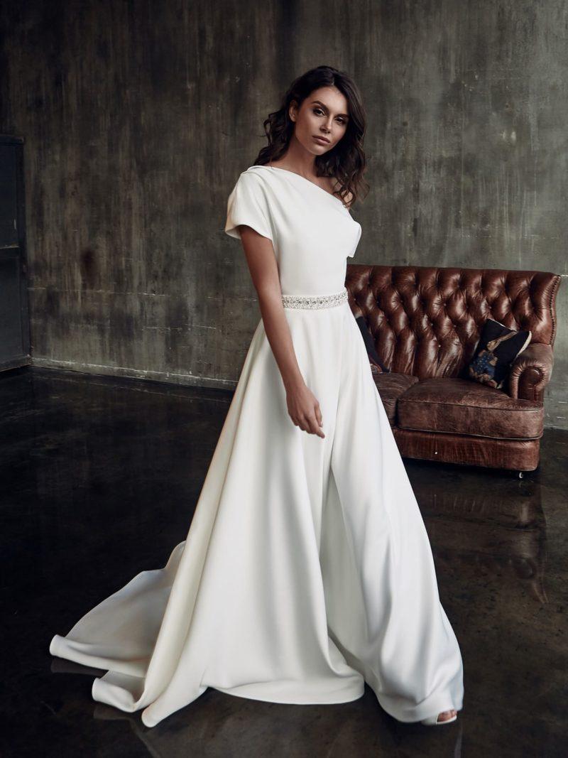 Лаконичное свадебное платье в стиле минимализм