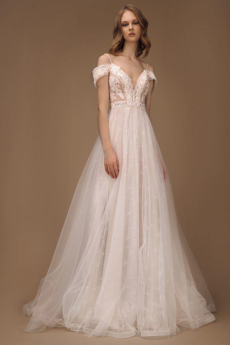 Кружевное свадебное платье с классическим силуэтом