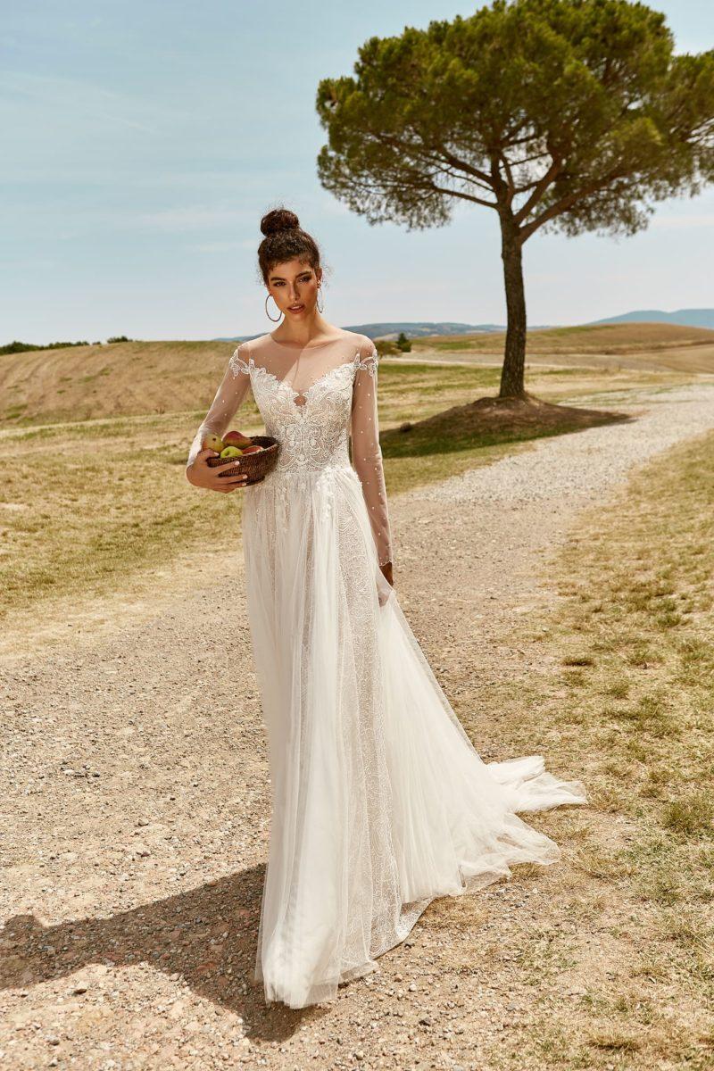 Свадебное платье приталенного силуэта из тонкого кружева