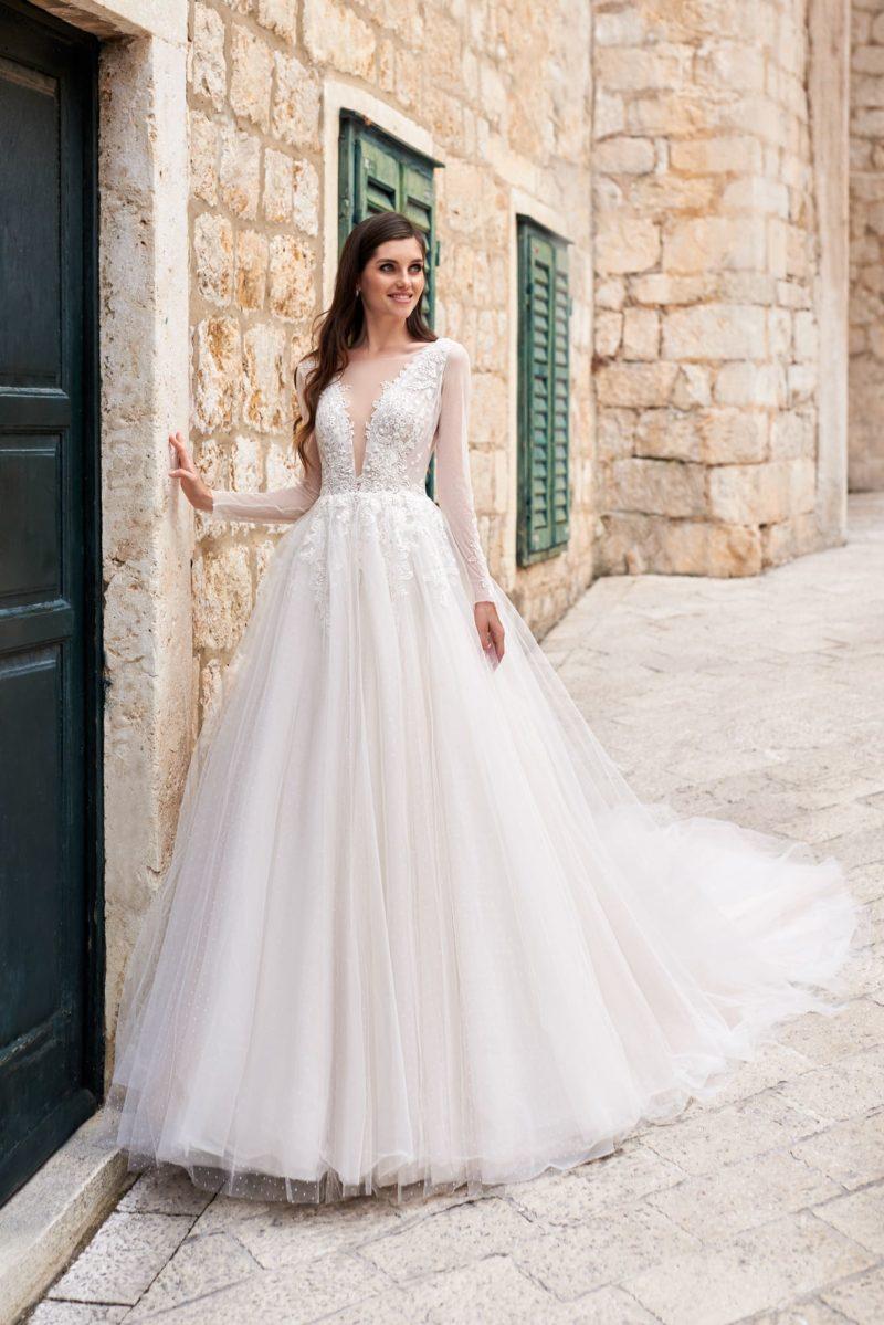 Пышное свадебное платье с длинными прозрачными рукавами