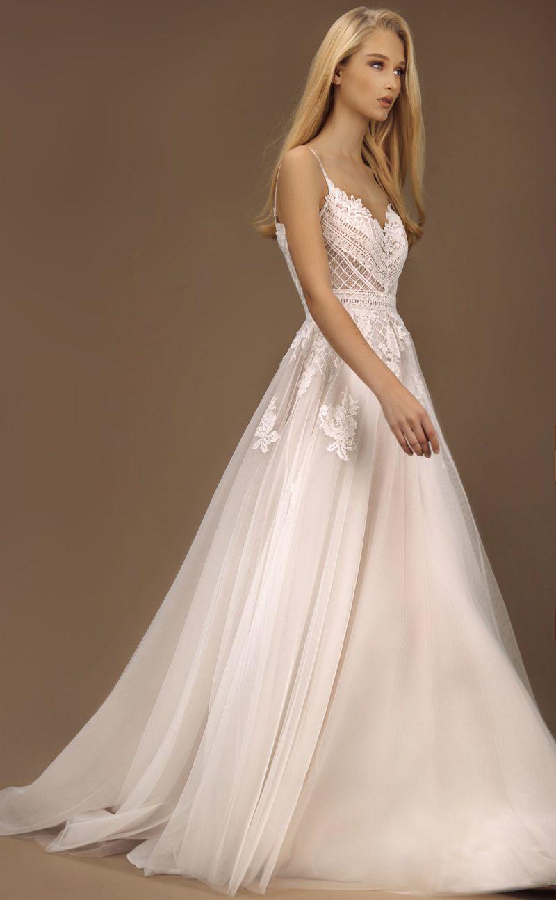 Легкое свадебное платье с пышной юбкой