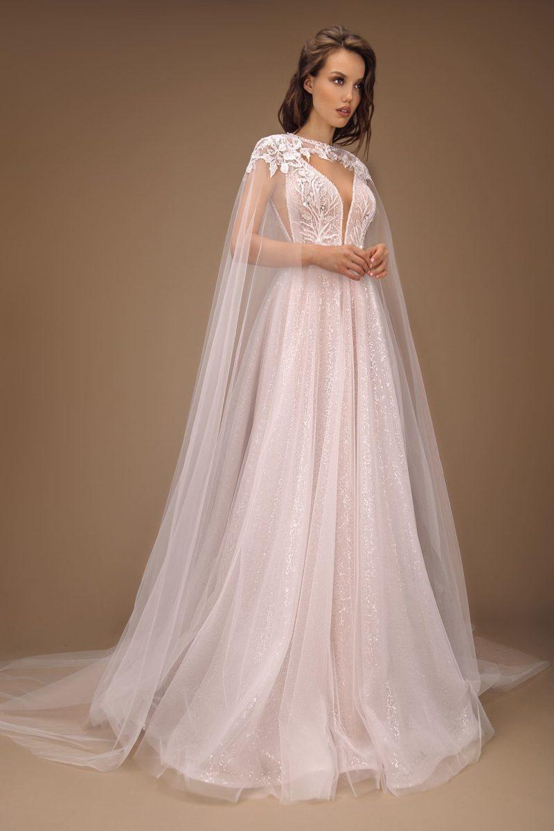 Изящное свадебное платье из пудрового фатина