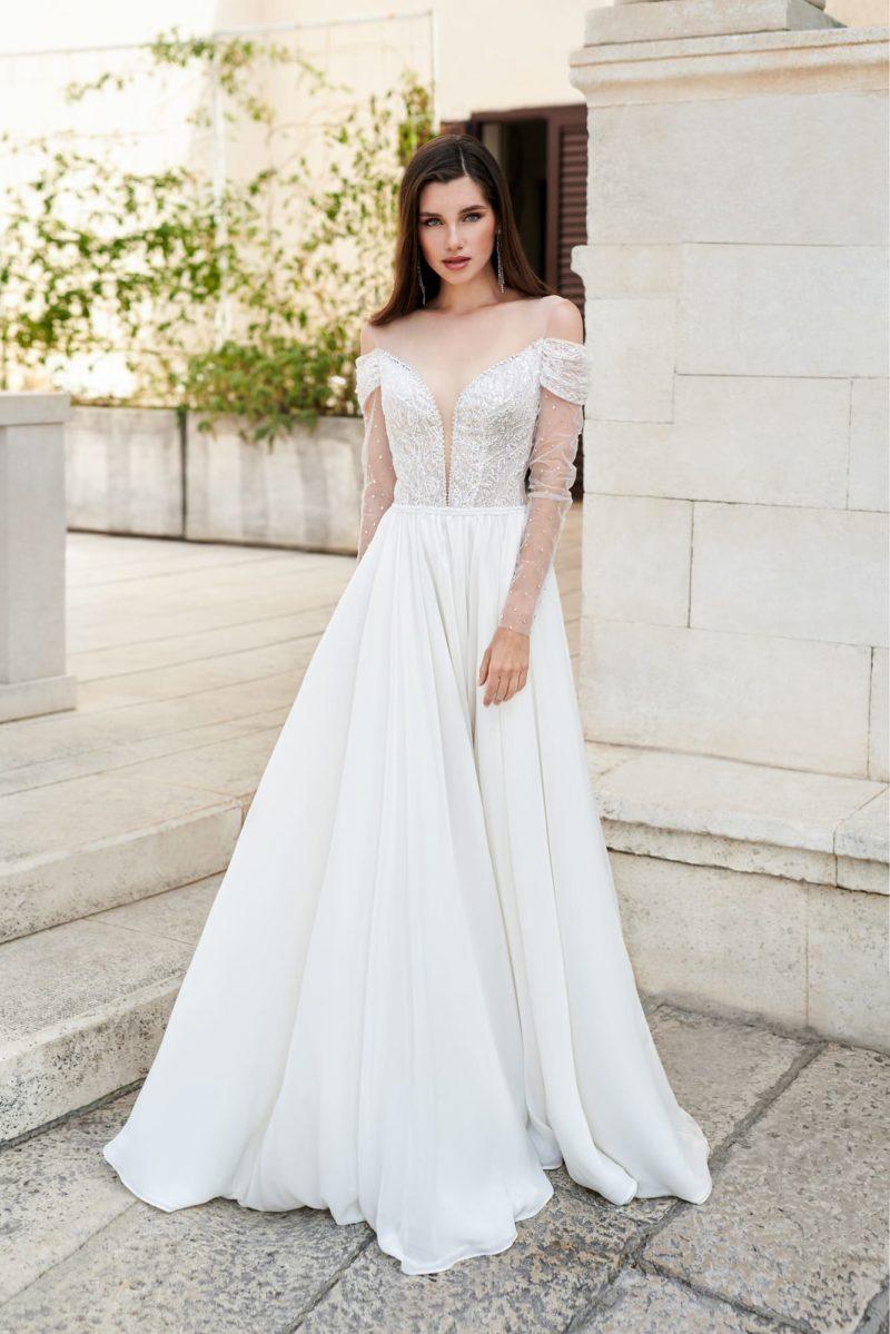 Свадебное платье с расклешенной шифоновой юбкой