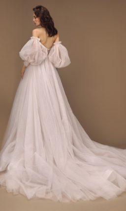Роскошное свадебное платье с пышной юбкой