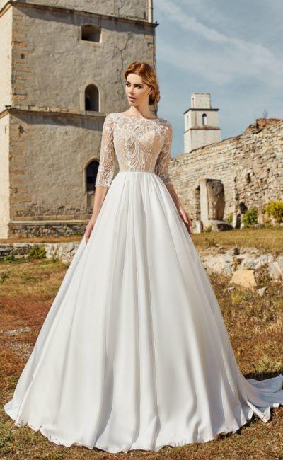 Свадебное платье с пышной гладкой юбкой