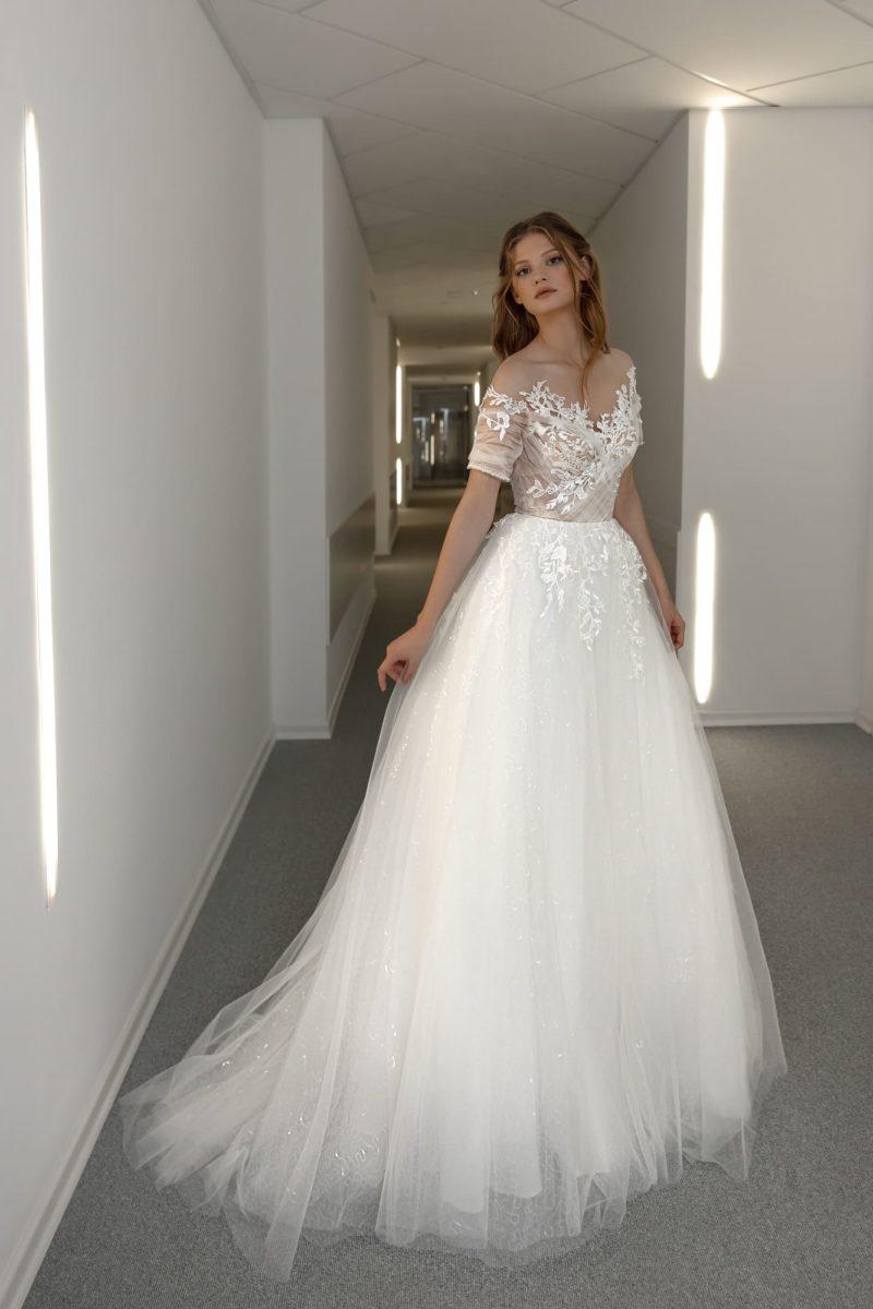 Изящное свадебное платье из летящего фатина