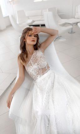 Прямое свадебное платье на одно печо