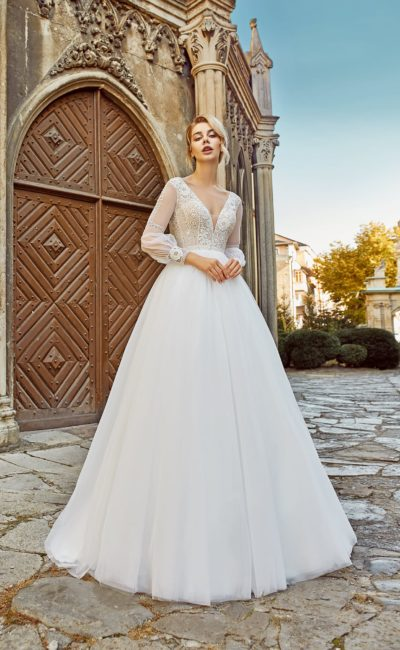 Свадебное платье с пышной юбкой и кружевным декором