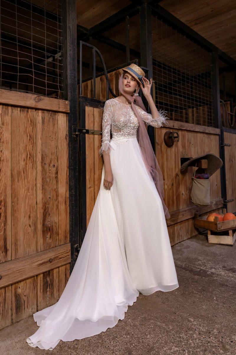 свадебное платье с изысканным дизайном и длинным шлейфом