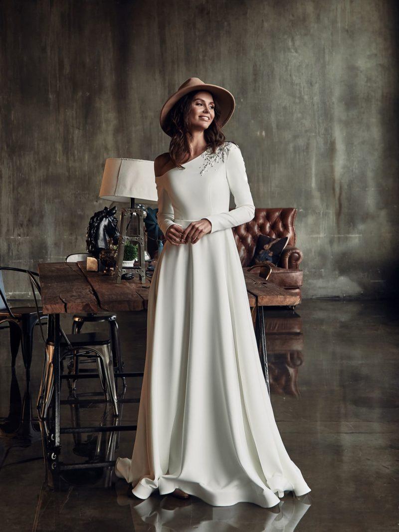 Приталенное свадебное платье цвета айвори
