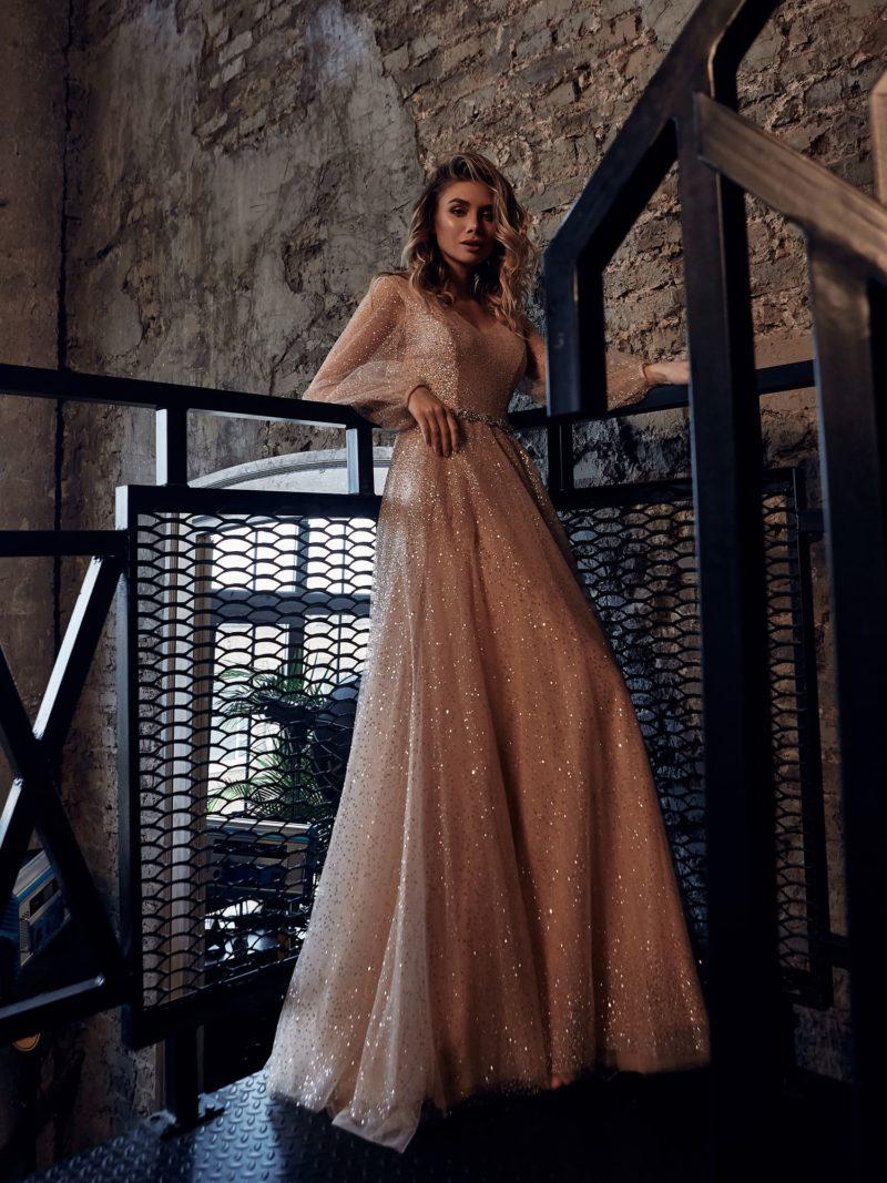 свадебное платье тёплого бежевого оттенка
