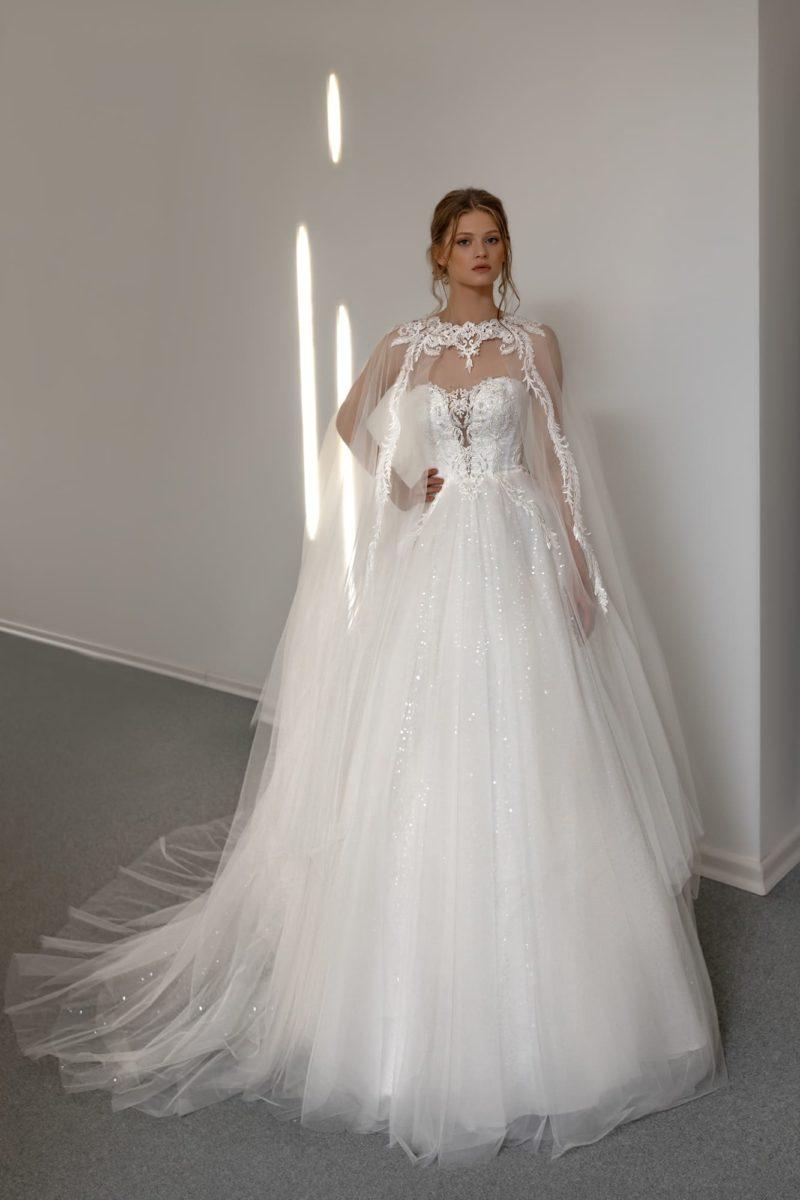 свадебное платье с пышной юбкой и кейпом