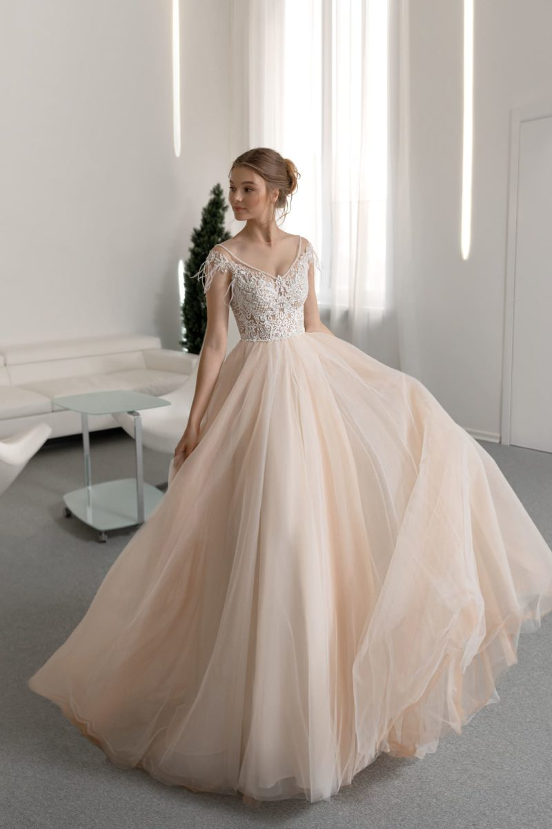 Свадебное платье персикового оттенка с пышной юбкой