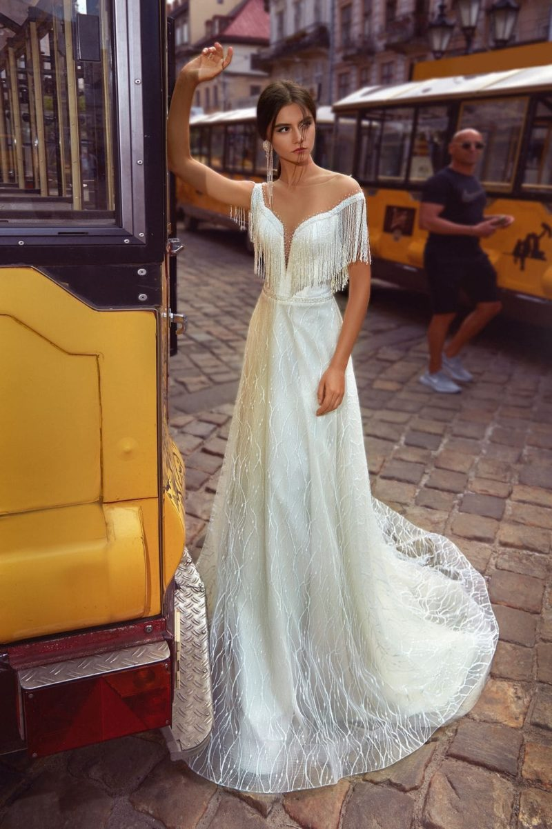 свадебное платье с трендовым декором