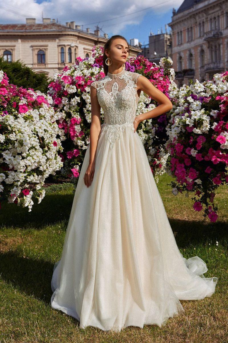 Пудровое свадебное платье классического кроя